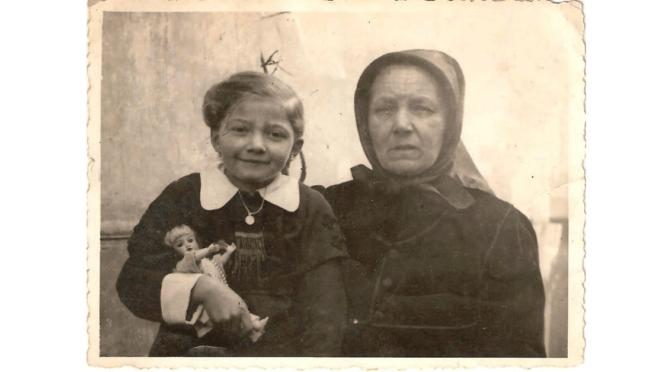 Kerekes Anna és nagymamája a németországi kitelepítésben